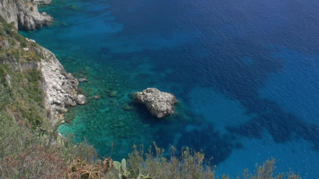vídeos de stock, filmes e b-roll de beautiful clear waters off the coast of capri - coluna de calcário marítimo