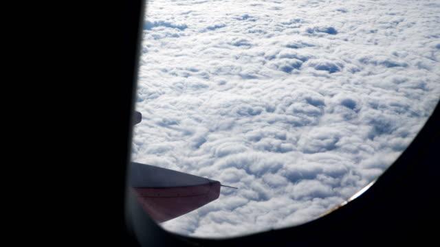vídeos y material grabado en eventos de stock de nube hermosa a través de la ventana del avión. - actividad móvil general