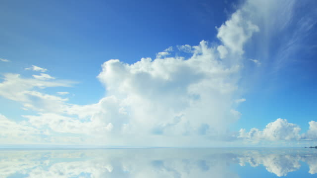 stockvideo's en b-roll-footage met beautiful clouds time lapse - horizon over water