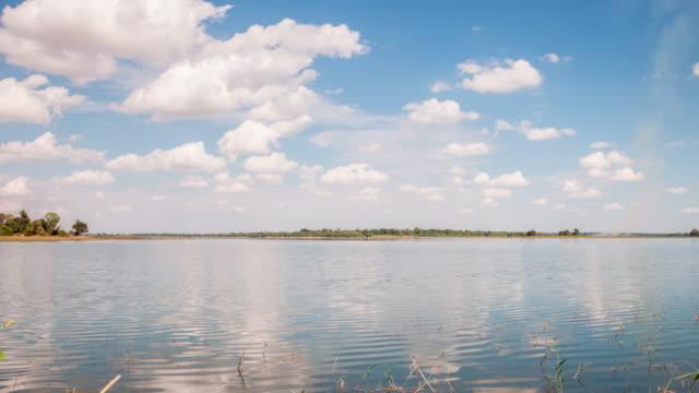 Schöne Wolkengebilde über dem Süßwassersee