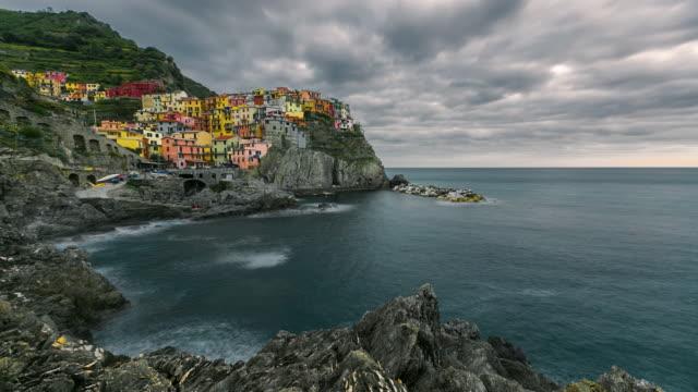 vídeos y material grabado en eventos de stock de paisaje colorido hermoso en el pueblo de manarola, cinque terre costa al atardecer, italia - cinco objetos