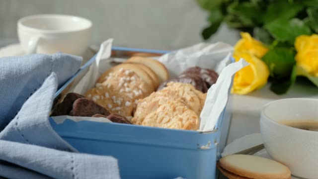 vídeos de stock, filmes e b-roll de beautiful composition with yellow roses and assorted cookies - crocante
