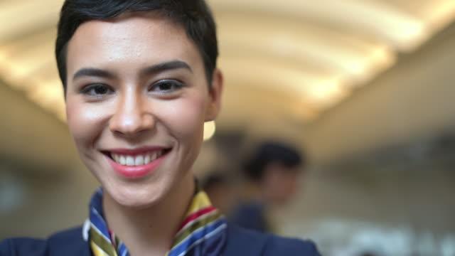 vidéos et rushes de belle hôtesse de l'air confiante dans l'avion - la vingtaine