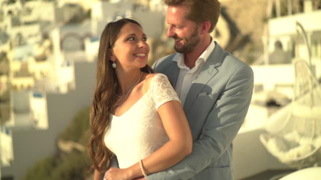 stockvideo's en b-roll-footage met beautiful couple hugging in love - achterstevoren