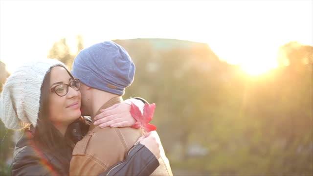 vídeos de stock, filmes e b-roll de casal bonito em amor - fofo descrição geral
