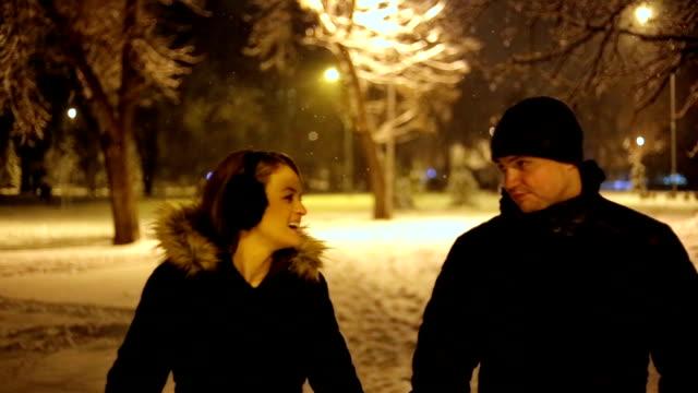 vídeos y material grabado en eventos de stock de hermosa pareja esté tomando pie en una noche de invierno - abrigo de invierno