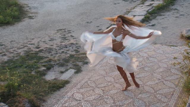 Schöne Tanz auf den Ruinen
