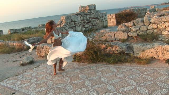schöne tanz auf den ruinen - tradition stock-videos und b-roll-filmmaterial