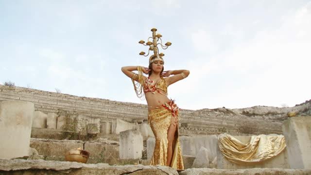 schöne tanz mit kronllüster - arabic script stock-videos und b-roll-filmmaterial