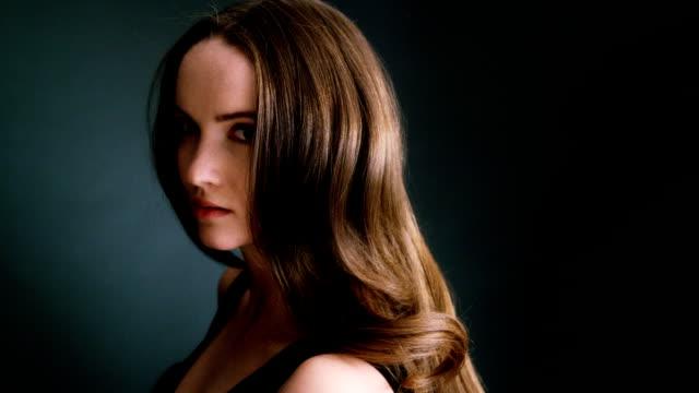 Hermosa chica rubia oscurezca sacudiendo su cabello largo