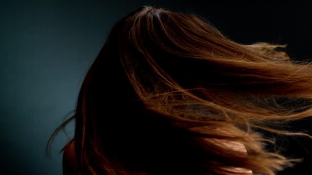 Vackra mörkt blond flicka gungade hennes långa hår