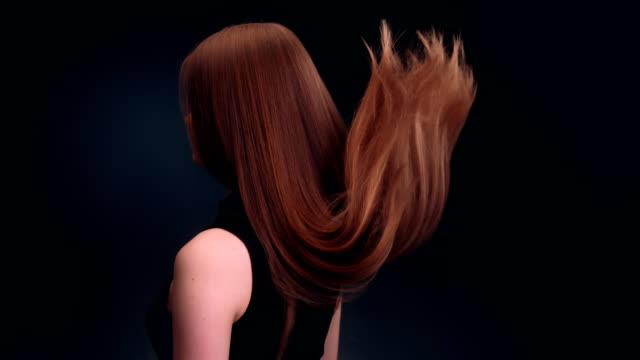 vídeos de stock, filmes e b-roll de linda mulher loira escura jogando cabelo comprido - cabelo comprido