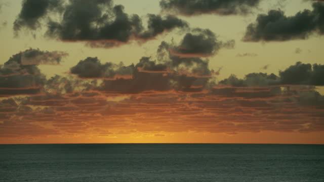 vídeos de stock, filmes e b-roll de beautiful dawn over tranquil sea - crepúsculo