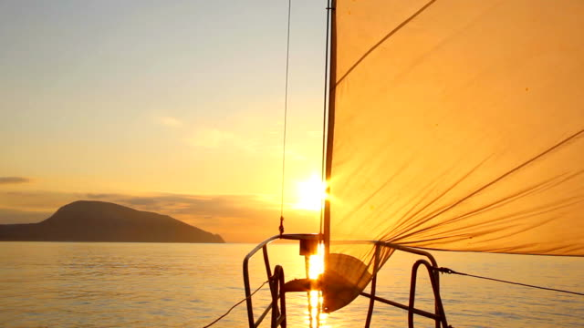 stockvideo's en b-roll-footage met beautiful dawn sailing - zeilen