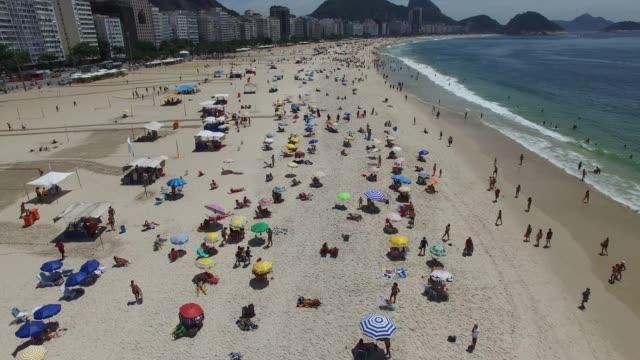 vídeos de stock, filmes e b-roll de belo dia na praia de ipanema no rio de janeiro, brasil - enjoyment