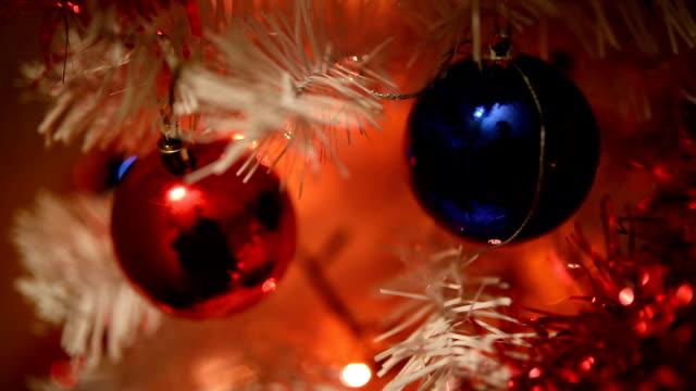 vidéos et rushes de beau arbre décoré de noel - groupe moyen d'objets