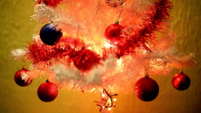 stockvideo's en b-roll-footage met mooie versierde kerstboom - middelgrote groep dingen