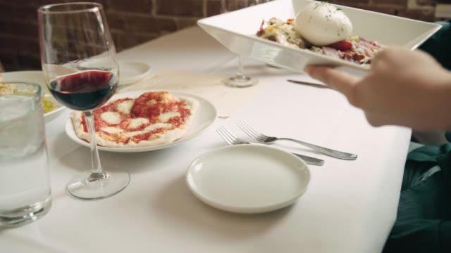 vídeos y material grabado en eventos de stock de hermoso plato servido en mesa - italian food