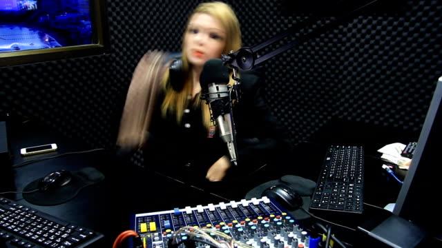 vídeos y material grabado en eventos de stock de hermoso espectáculo en vivo del dj de radio en aire timelapse - anfitriona de la fiesta