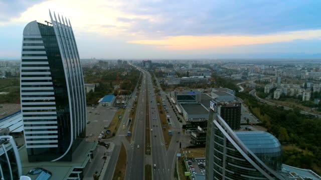 Vackra drone sköt flyger mellan företagens byggnader över en motorväg