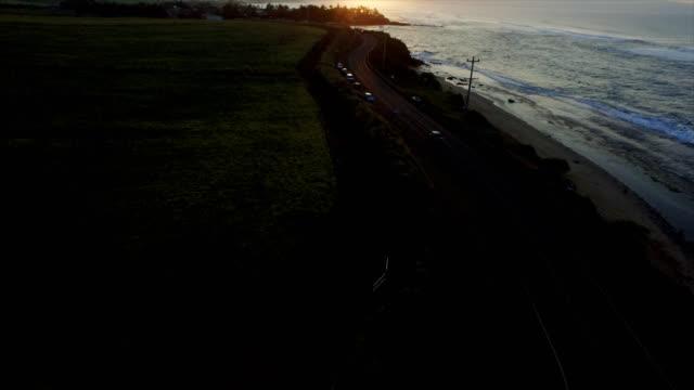 schöne drohne schuss von mauis zu offenbaren, wie die sonne untergeht - hawaii inselgruppe stock-videos und b-roll-filmmaterial