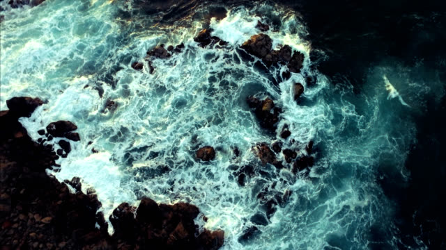 vídeos de stock e filmes b-roll de beautiful drone shot reveal of maui coastline as the sun is setting - rebentação