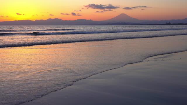 ビーチと富士山の美しい夕暮れ - 静かな情景点の映像素材/bロール