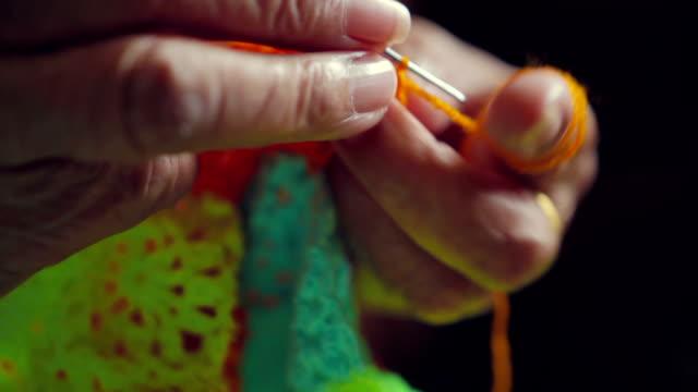 Schöne ältere Hände Stricken Nahaufnahme