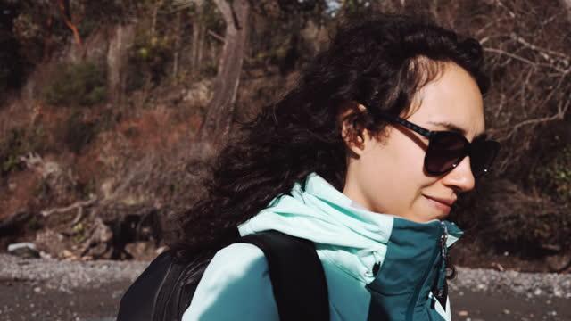 4k解像度スローモーションで冬の間にビーチを歩く美しい民族女性 - アメリカ太平洋岸北西部点の映像素材/bロール