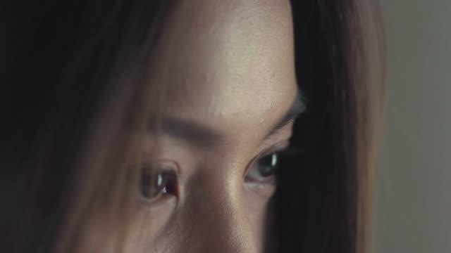 vídeos de stock e filmes b-roll de beautiful eyes closeup. - íris olho