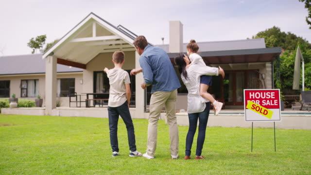美しい家族に値する美しい家 - 売り出し中点の映像素材/bロール