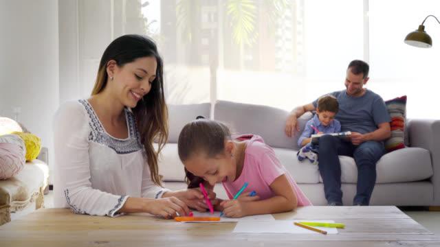 ホームを持つ美しい家族を描くの楽しい - 団らん点の映像素材/bロール