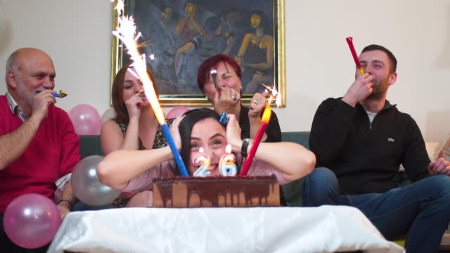 vídeos de stock, filmes e b-roll de linda família comemorando aniversário - birthday