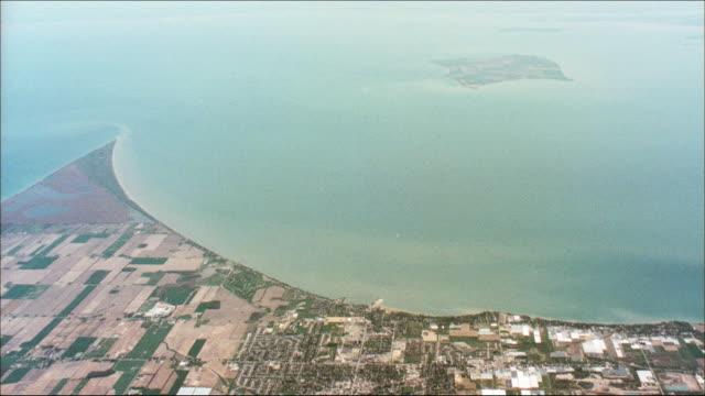 stockvideo's en b-roll-footage met beautiful farmlands line the shores of lake erie. - eriemeer
