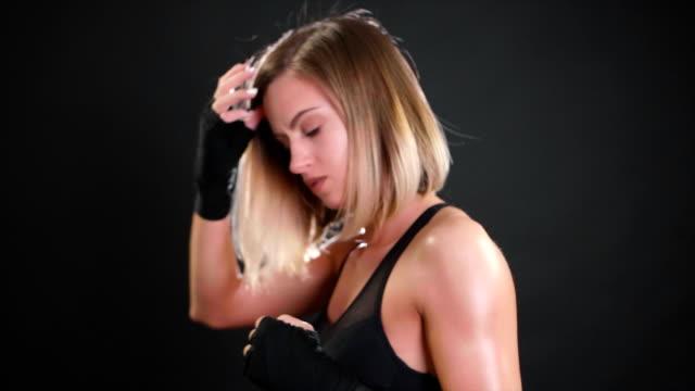 vidéos et rushes de beau boxer femelle poinçonnage en super slow motion / 120fps - fist