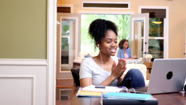 vídeos de stock, filmes e b-roll de o estudante universitário fêmea bonito usa o portátil ao bate-papo video com amigo - adolescentes meninas