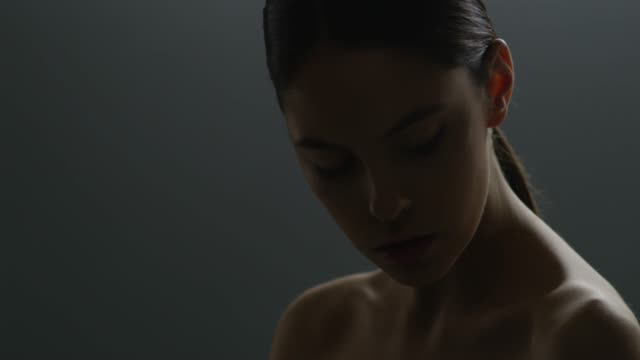 vídeos de stock e filmes b-roll de beautiful female face closeup. fashion video. slow motion. 4k - efeito de luz