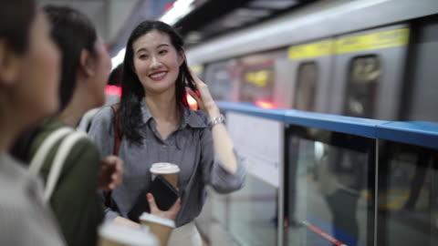 vídeos y material grabado en eventos de stock de hermosas amigas esperando el tren subterráneo - metro transporte