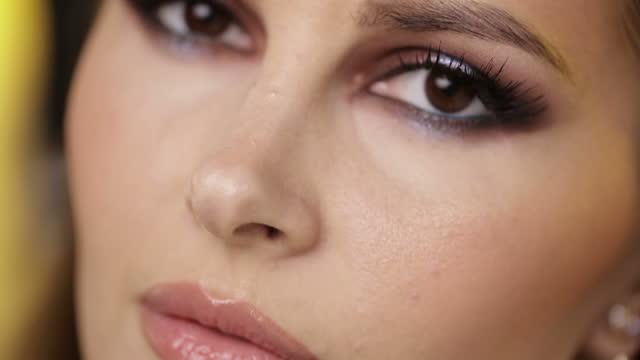 stockvideo's en b-roll-footage met mooi vrouwelijk model met make-up - bruine ogen