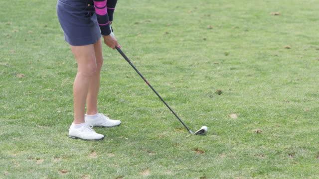 美しい女性プロゴルファーにはゴルフ - ゴルフのスウィング点の映像素材/bロール