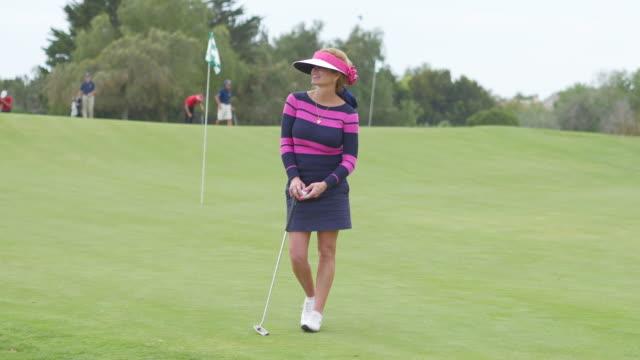 beautiful female professional golfer poses. - sun visor stock videos & royalty-free footage