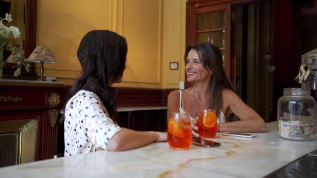 belle donne che hanno un brindisi celebrativo in un bar - fashionable video stock e b–roll