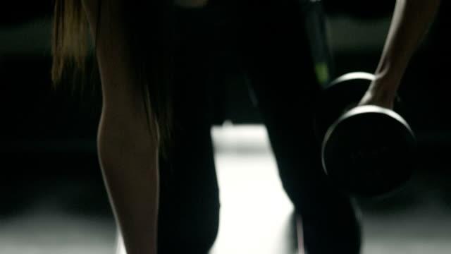 ダンベルを持ち上げると美しいフィットネス女性 - 前腕点の映像素材/bロール