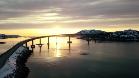 vidéos et rushes de vue aérienne panoramique de beau fjord en norvège du nord - sommarøy - pont