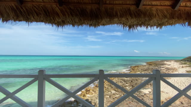 vídeos de stock e filmes b-roll de beautiful gazebo on tropical white sandy beach - cabana estrutura construída