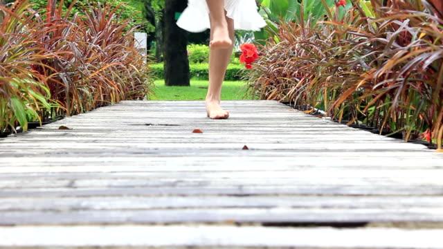 美しい少女ダンスの公園 - 白のドレス点の映像素材/bロール