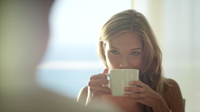 vídeos de stock e filmes b-roll de beautiful girl drinking coffee - pequeno almoço