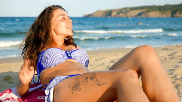 Mooi meisje genieten van haar tijd op het strand