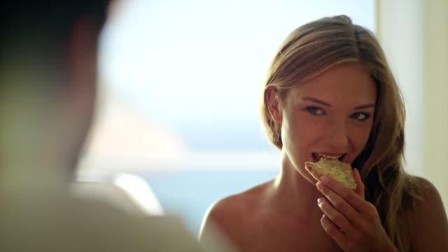 bella ragazza che fa colazione con il suo ragazzo - sunny video stock e b–roll
