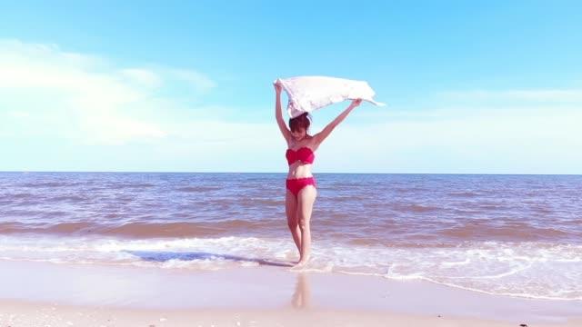 vidéos et rushes de beautiful girl in a bikini on the beach - maillot de bain